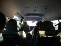 ホリデイイン メルボルン オン フリンダース ホテル前でピックアップ後、出発 07:58 MR.JOHNのワゴン車内 既に先客がいて、後方席しか空いてなかった。(一番で予約したはずなのに!)