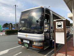 ここ三沢空港の移動手段は車(タクシー)以外はバス一択。 ここからは三沢駅経由の本八戸駅行きのバスで移動します。 運賃だけで言えばこれに三沢駅まで乗って(400円)青い森鉄道で行く方が安いですが、乗り換えの手間と電車の本数を考えるとこのまま本八戸駅までバス移動が得策です。 車内で降車時精算で1,500円。