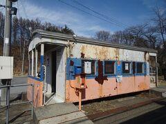 朽ち果てそうな列車型の待合室
