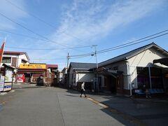 横川駅から信越本線で高崎へ。駅の周りには「峠の釜めし」のおぎのやの店舗や資料館がありました。