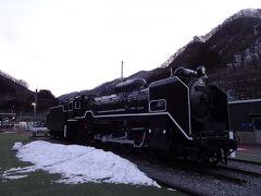 翌朝、6時前に宿を出て水上駅へ。駅の近くにSL転車台と蒸気機関車の展示がありました。