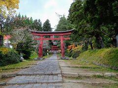 そして岩木山神社へ。参道が長ーい!岩木山の山バッジをゲットするのが一番の目的です。