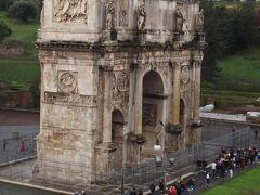 また、前回の旅行記でも紹介したコンスタンティヌスの凱旋門がみえます。  凱旋門もかなりの大きさがありましたが、コロッセオからだとさほど大きさが大きくみえないから不思議です。  コロッセオが大きすぎるんですね。