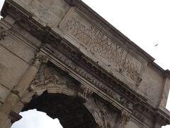ティトゥスの凱旋門はローマに残る最古の凱旋門なのです。  ティトゥスの戦勝を記念した凱旋門となっています。  アーチ内部には雨風が当たりづらいこともあり、彫刻もきれいに残っています。