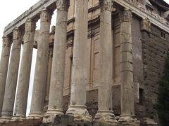 アントニヌスとファウスティーナの神殿。  アントニヌス・ピウスが妻であったファウスティーナを偲び建設をしたといわれる神殿です。  柱も建物も大部分が残っています。