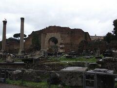 エミリアのバジリカ。  こちらは裁判などが行われていた会堂でした。  西ゴート族がローマに攻めてきたときに焼けてしまったため、残っていないところも多いです。  焼け焦げたのがわかるところもあります。