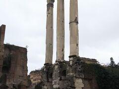 カストルとポルックス神殿。  一つ前のヴェスタの神殿と似ていますがこちらは壁が残されておりません。  柱が3本と柱の基礎があるのみとなっています。