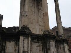 ヴェスタの神殿です。  火の神であったヴェスタをまつっていた神殿です。  柱3本とわずかな壁が残されているだけですが、壁のカーブを見ると円形の神殿であったことがわかる建物となっています。