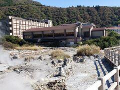 本日宿泊する「Mt.Resort 雲仙九州ホテル」に到着しました。  もくもくボコボコと噴気と温泉が噴出する雲仙地獄に周りを囲まれた凄いロケーションにホテルがあります。  チェックイン時間の15:00より2時間近く早く着いてしまったので、一旦ホテルに車を置かせてもらい雲仙地獄を見学することに。