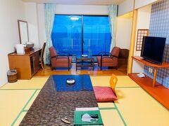 九州旅の最後は別府温泉に寄って旅の疲れを癒そうと思っていたので、この日の宿だけ一転豪華主義で食事付きの温泉宿、シーサイドホテル美松大江亭。オーシャンビュー。ドミでも平気な私がわざわざ高い方の部屋を指定しているという。ここまでGoto使ってもともと5000円台くらいのホテルを3000円台で泊まるくらいの旅をしてきて、それも普段の国内のドミの値段でシングルルーム泊まれるのはおだったんですが、この日は割引されて9000円台。私にしてはかなり贅沢です。