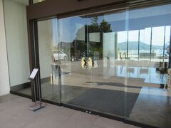 ホテルの玄関のガラス戸。ホテルのイメージマークのタツノオトシゴがドアノブになっています。