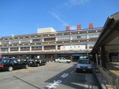 松阪駅に到着。JR側の出口に出ます。 JR側は立派な建物です。