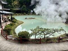 このエリアの最後は白池地獄。青みがかった乳白色の池は、上から見るとハートみたいな形です。