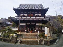 麓まで下りてきた。最後に國前寺を訪れた。日蓮宗の古刹である。 二葉山の頂上から立派な山門がくっきりと見えた。