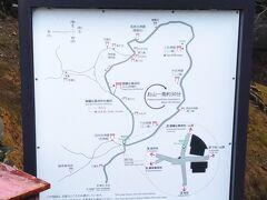 この場所は四ツ辻という。 ここから伏見稲荷の裏の山をぐるりと周ることにする。反時計回りを選ぶ。