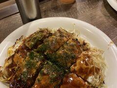 広島と言えばお好み焼き。 人気店みっちゃんへ。  行列やオーダーで一時間待ちましたが、その苦労に見合う美味しさ。そばがパリパリでキャベツが甘くて、もう箸が止まりません。