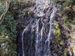 お庭には瀧が二つ。 こちらは飛烟(ひえん)の瀧。