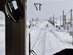 列車は一路富良野に向かいます。一面真っ白。