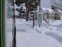 途中、美馬牛駅で列車交換のためにしばらく停車。駅のホームには足跡一つありません。