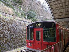 ホテルから温泉街を循環しているバスに乗って箱根湯本駅へ。 小田原行きの箱根登山鉄道に乗ります。