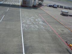 空港に、おひな祭りを祝う絵を発見。そうだ、今日はひな祭り。