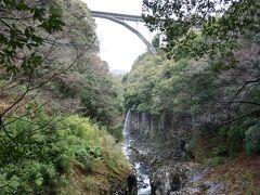 【神橋】 まずは神橋を渡ります。 高千穂大橋と、その下を流れている滝