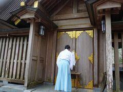【天岩戸ご案内】 本殿横の扉です。ここから先は写真撮影不可とのことでした。 扉の向こうから見える山肌には、大きな岩戸があり祀られてありました。 コロナ禍の為簡易な説明とのことでしたが、良いものが見られて良かったです。