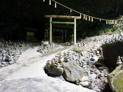 【天安河原】 神社から10分ほど歩いて、天安河原へ。 何か俗世とは隔絶された感のあるところでした。