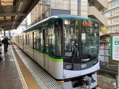私がこの日利用する、京都市営地下鉄東西線直通の京津線は15分に1本と、そこまで本数は多くないので(石山坂本線と比べると…という意味で)、時刻表をちゃんと調べて、なるべくホームでの待ち時間が短くなるように調整しました。   京津線はこの駅が始発だから、座れない心配はナイので嬉しい。