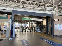 急いで食べたら急いで電車へ! ICカードは使えないので急いで切符を購入してホームへ。