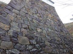 富岡城二の丸の石垣。 石組みが見事です。