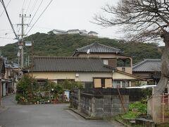 昔の街道筋を偲ばせる道を行くと正面の山上に富岡城が見えてきます。