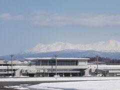 旭川空港に 向こうに大雪連峰(右端が旭岳)