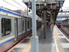 蘇我駅に停車。待ち合わせのため数分停車します。  奥には京葉線から直通してきたE233系がいます。蘇我駅で内房線方面の列車と外房線方面の列車の接続をしているようです。  E235系は内房線・君津行、E233系は外房線・上総一ノ宮行です。