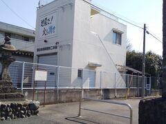 「元上谷保村の常夜燈」12:18通過。 左手側、「矢川駅入口交差点」手前です。消防団の建物横です。1794年に建立。街中ですが古い物が残ってます。