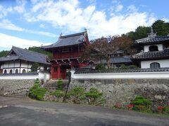 駐車場は、江戸幕府3代将軍・徳川家光の乳母である、春日局の生誕の地(興禅寺)のすぐ手前にあります。また駐車場のそばには観光地図などが置いてある休憩所とトイレがあるので、立ち寄って下さい。  興禅寺の楼門前には、石橋をはさんで長さ約80mの水濠(七間堀)があり、その石垣の高さは約5mで、黒井城と同様の「野面積み」です。また楼門は、宮津市にある智源寺から徳川綱吉の時代(1690年頃)に移築されたもので、寺は戦国時代の下館の様子を残していました。