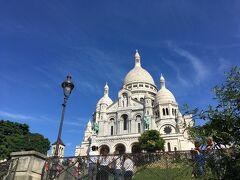 モンマルトルに来たのなら、サクレクール寺院に参拝を。白亜の建物が青空に映えます。