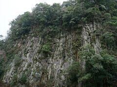 【仙人の屏風岩】 高さ70mあり、付近一帯が名勝天然記念物に指定されています。