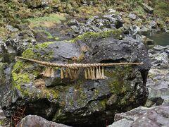 【鬼八の力石】 この一帯で悪行をはたらいていた鬼八が力自慢のために投げた重量約200トンある石とのことです。