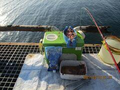 豊浜64釣り桟橋55.橋脚の1つ目半ば。5時から9時までメバルはリリース。桟橋に10人。