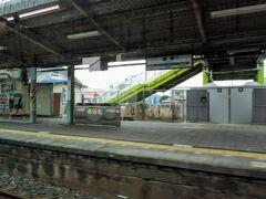 総武線から直通する列車は全て「快速」です。  快速と謳ってますが内房線内では1駅しか通過しません。  通過駅は、今通過している巌根(いわね)駅。  木更津駅の1駅手前の駅で、ホームの有効長が10両分しかありません。そのため、最短でも11両編成の総武快速線からの直通列車は停車できず、全て通過になっています。  2015年までは、京葉線からの快速列車(10両)も通過していましたが、こちらは巌根駅に停車するようになりました。