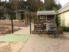 ここは上信越自動車道、下り方面の横川SAです。「軽井沢・信州へのプロローグ YOKOKAWA  ハイウェイ ガーデン」の看板がありました。英国風のガーデンです。