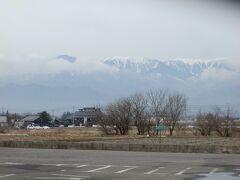大王わさび農場の駐車場です。遠方に山の頂きに残雪を残した北アルプスの山々が見えました。
