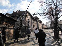 アウシュヴィッツ強制収容所に着きました。 有名な、「働けば自由になる」の看板。