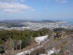 電波塔の右には本渡市街が広がっていました。 大きな街ですね。 さらに右側は、、、、、