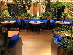 東京・神谷町『The Tokyo EDITION, Toranomon』31F 【The Blue Room】  『東京エディション虎ノ門』のオールデイダイニング 【ザ ブルー ルーム】の写真。  サファイアとトパーズといった希少な宝石から着想を得たブルーを 基調とした店内です ($・・)/ ロイヤルブルーのシートにたくさんの植栽が・・・。  チェックインの時から私たちに話しかけてくださるロビーフロアの 細身の女性スタッフさんが、私たちを見つけると(さりげなく) 近づいてきてあいさつをされました。 なぜか皆さん、私の名前を把握されています。 滞在中、気さくなスタッフさんといろいろとお話をしました。  「どうぞ【The Blue Room】の店内をご覧になってください」と。 ちょっとだけお邪魔しますw  緊急事態宣言の発令に伴い、19:00ラストオーダー、 20:00クローズです。  <営業時間> 〇 朝食 7:30~11:00(L.O. 10:30)  〇 オールデイメニュー 週末(金曜日~日曜日)12:00~20:00(L.O. 19:00) 平日(月曜日~木曜日)12:00~15:00(L.O. 14:30)