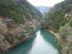 この川が多摩川。このあたりを数馬渓谷というらしい。 これから向かうお店が、左にちょっと見えてますね。