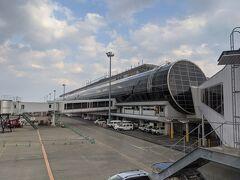 離陸してから僅か30分強で仙台空港に到着。 東京からの直線距離が近い事を体感しました。東京と仙台の交通手段は、新幹線の寡占状態になるのも納得ですね。 羽田と直行便がないのであまり馴染みのない空港ですが、思っていたよりもかなり大きいと感じました。