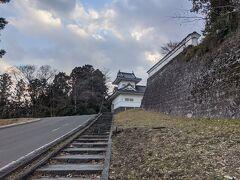 国際センターを左手に見ながら歩いて5分くらいで、城壁と大手門脇櫓が見えてきました。