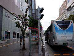 ヤフーの路線検索だと出てこなかったのですが、名古屋での乗り換え8分で小牧空港行きに乗れます。初めて乗るバスなので、バス停の場所何度も予習してイメトレしていました。ミッドランドスクエアのDiorの看板の目の前です。